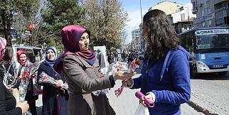Ak Parti Kadın Kolları'ndan; Kadınlar Gününde Karanfil Dağıtımı. FOTO GALERİ