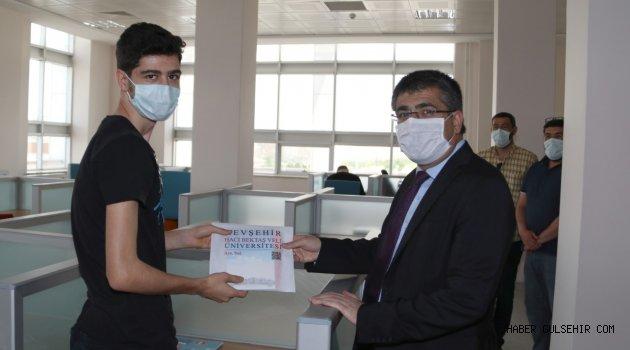 Rektör Aktekin'den Sınavlara Hazırlanan Öğrencilere Kitap Hediyesi