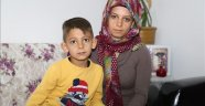 Çocuğuyla eşinin cezaevinden çıkmasını bekliyor