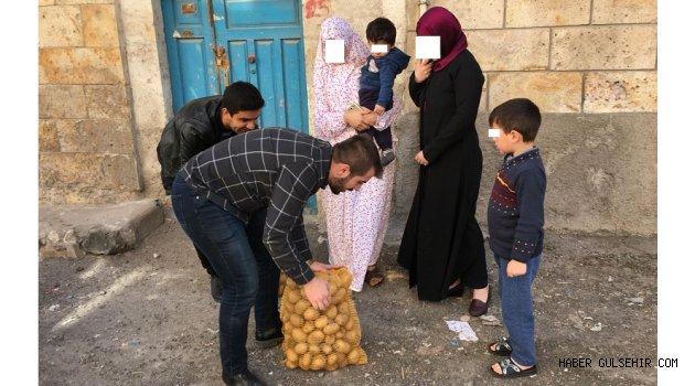 Ülkü Ocakları, İhtiyaç sahiplerine patates dağıttı.
